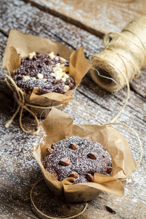 Close up de decorar queques do chocolate com corda fotos de stock