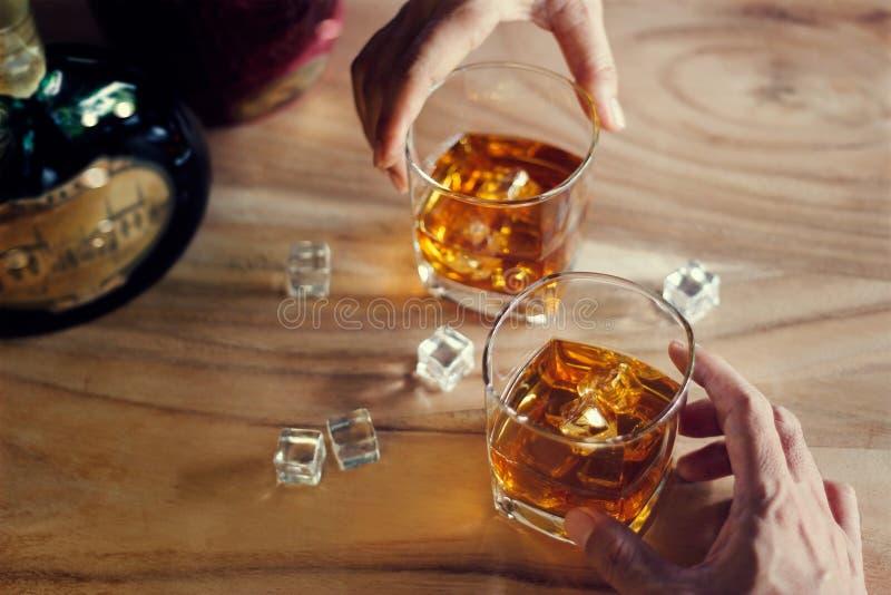 Close-up de dois vidros do tinido dos homens do álcool da bebida do uísque fotos de stock royalty free