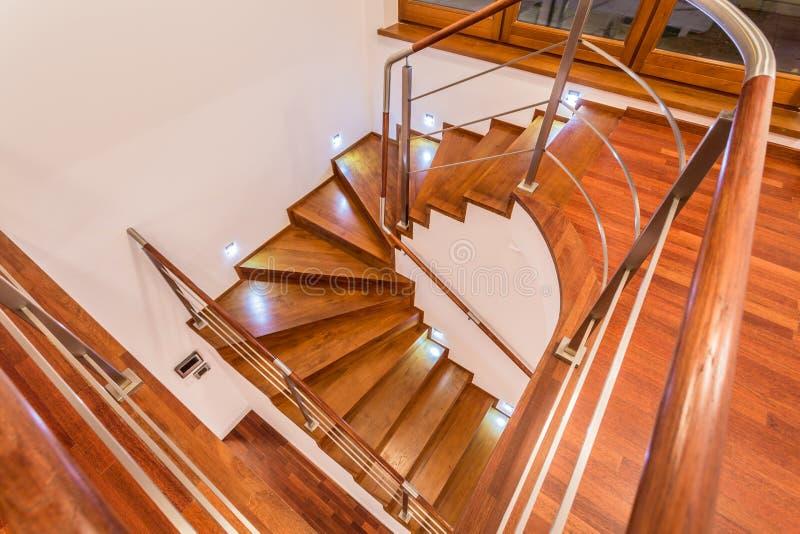 Close-up de enrolar escadas de madeira imagens de stock