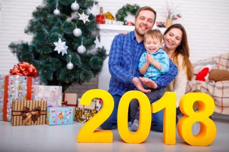 Close-up de figuras 2018 da família e do ouro Conceito do ano novo, Natal imagem de stock