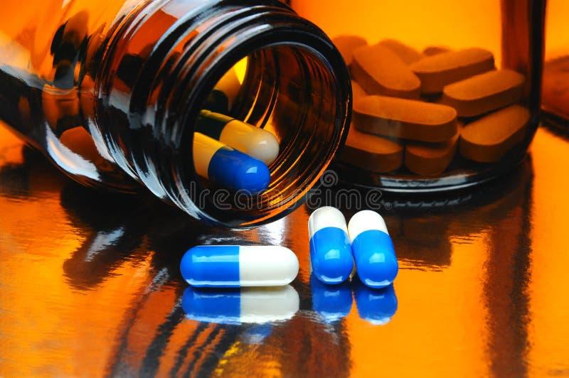 Cápsulas e garrafas da medicina imagens de stock