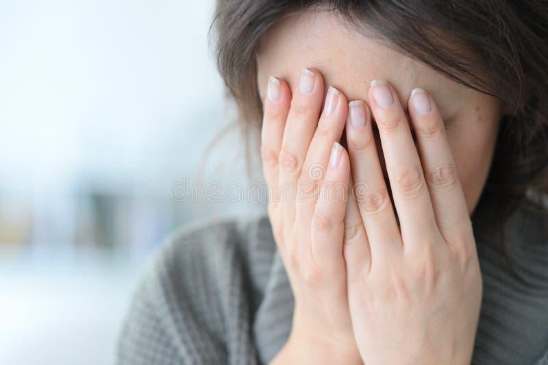 Close-up de grito da jovem mulher imagens de stock royalty free