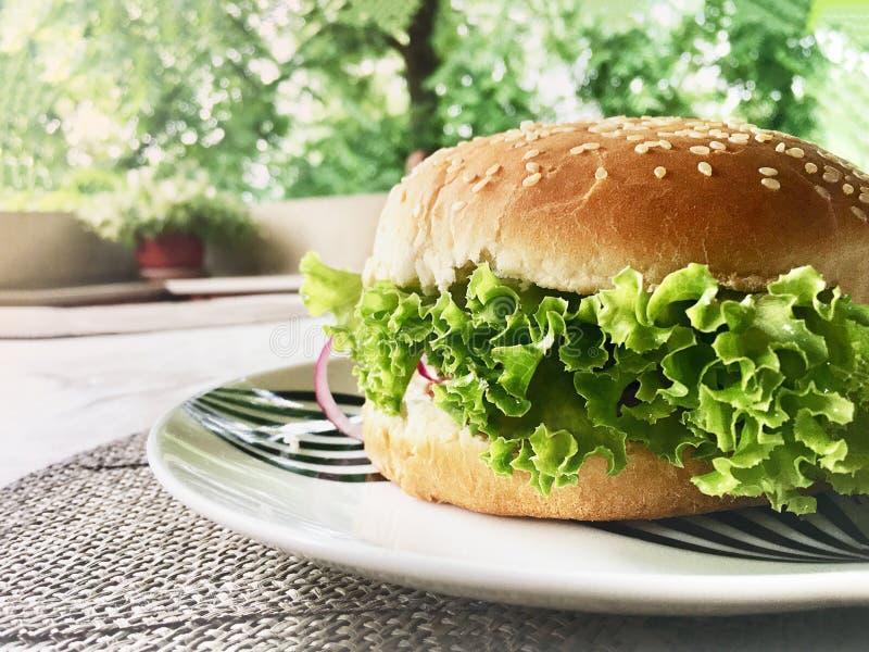 Close-up de hamburgueres saborosos caseiros no backgroung de madeira do terraço da tabela e da casa fotos de stock royalty free