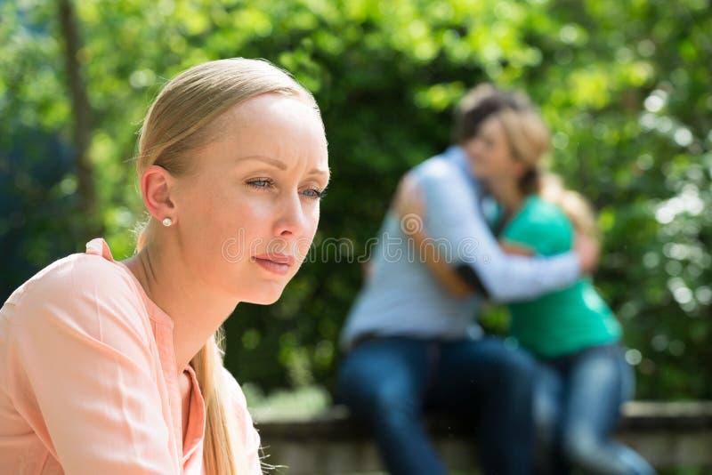 Close-up de jovem mulher deprimida imagens de stock