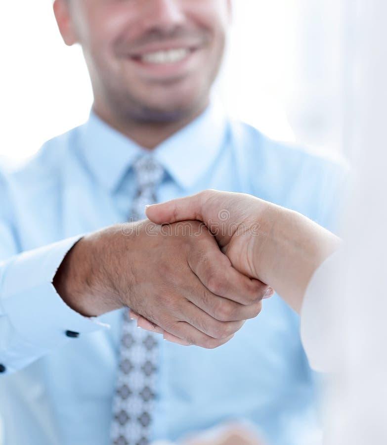close-up De manager schudt de hand van een vrouwencliënt stock afbeelding