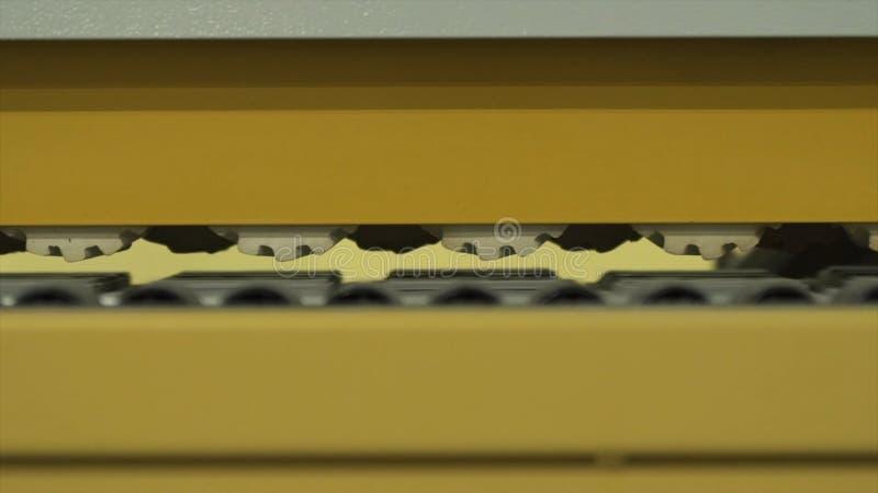 Close-up de mecanismos moventes da m?quina de tritura??o amarela em uma sala de trabalho da f?brica ou da planta industrial a??o foto de stock