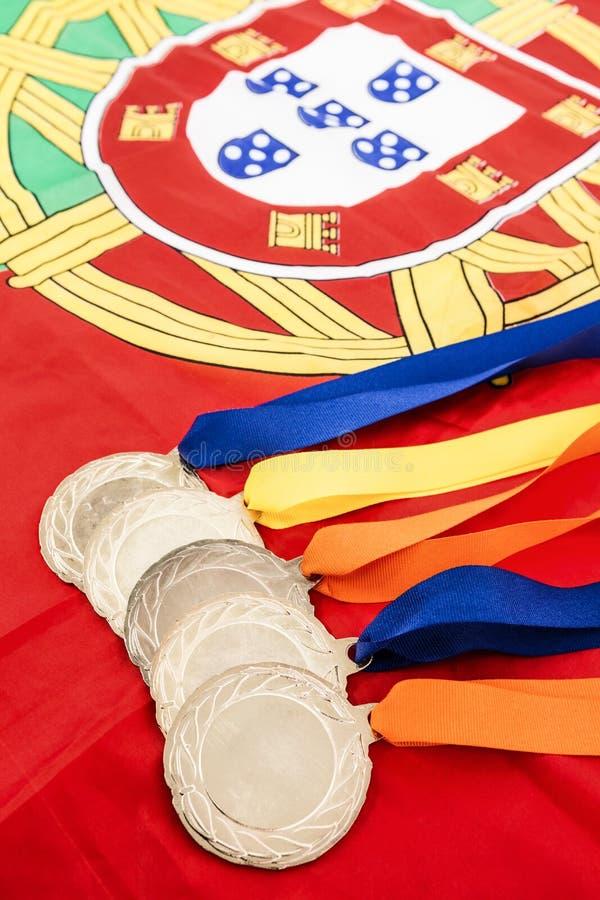Close-up de medalhas de ouro na bandeira portuguesa fotografia de stock