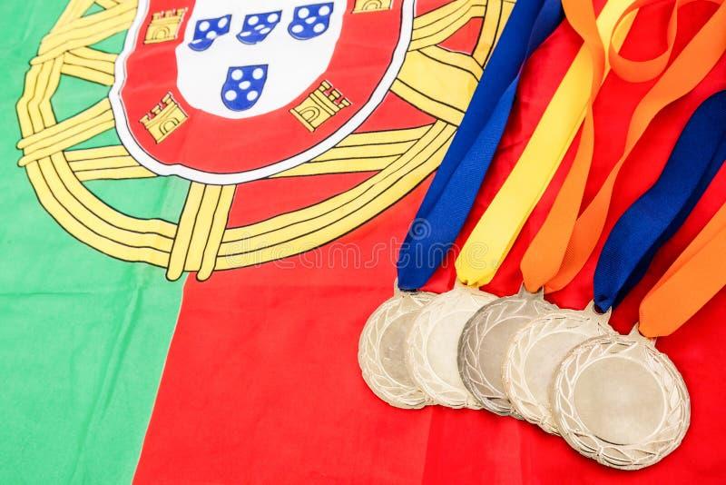 Close-up de medalhas de ouro na bandeira portuguesa fotos de stock royalty free
