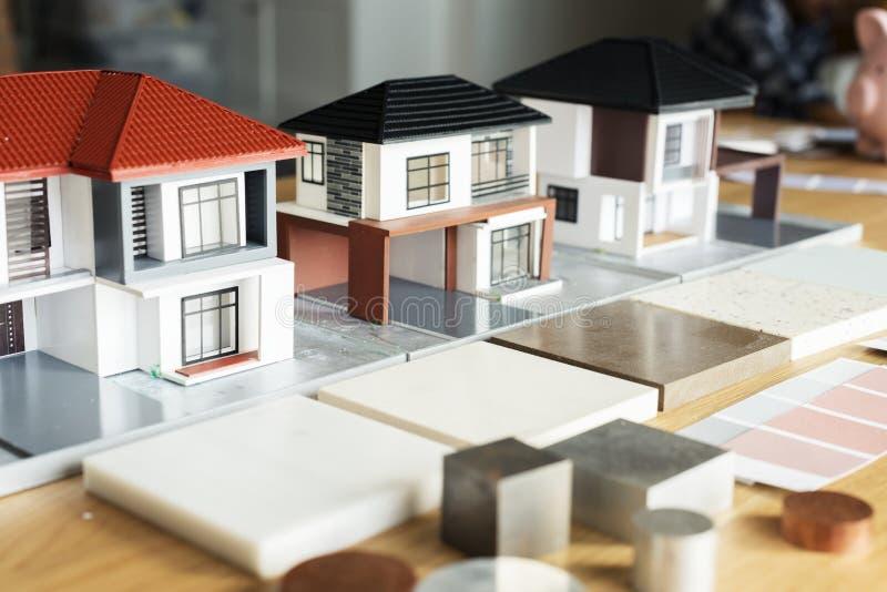 Close up de modelos da casa na tabela imagens de stock royalty free