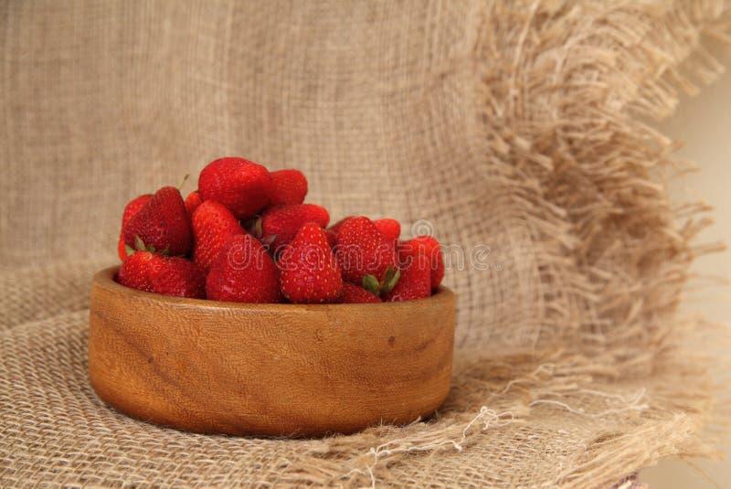 Close up de morangos saborosos frescas na bacia de madeira Sobremesa rústica do estilo imagem de stock royalty free