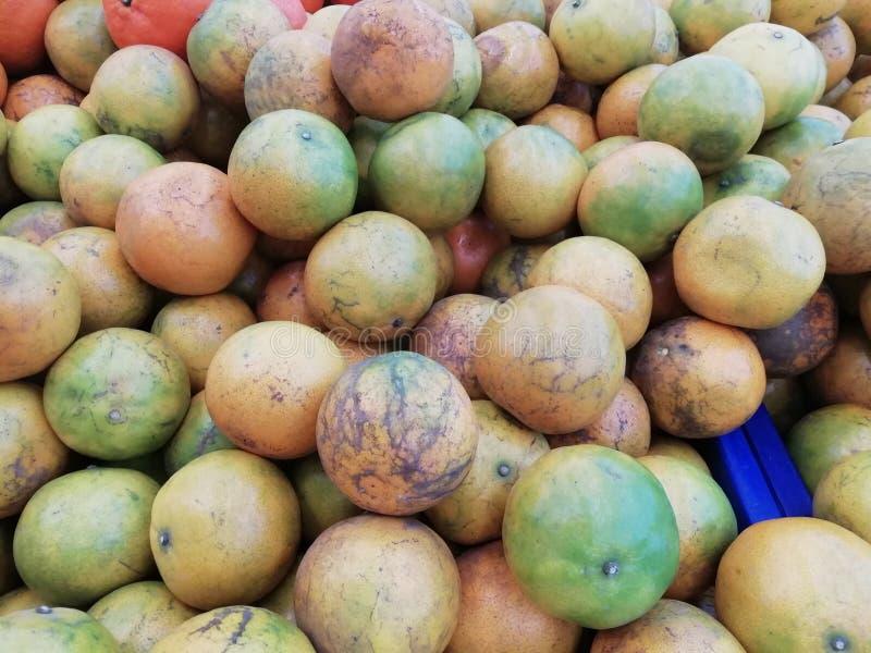 Close up de muitas laranjas em uma loja do fruto no mercado imagem de stock