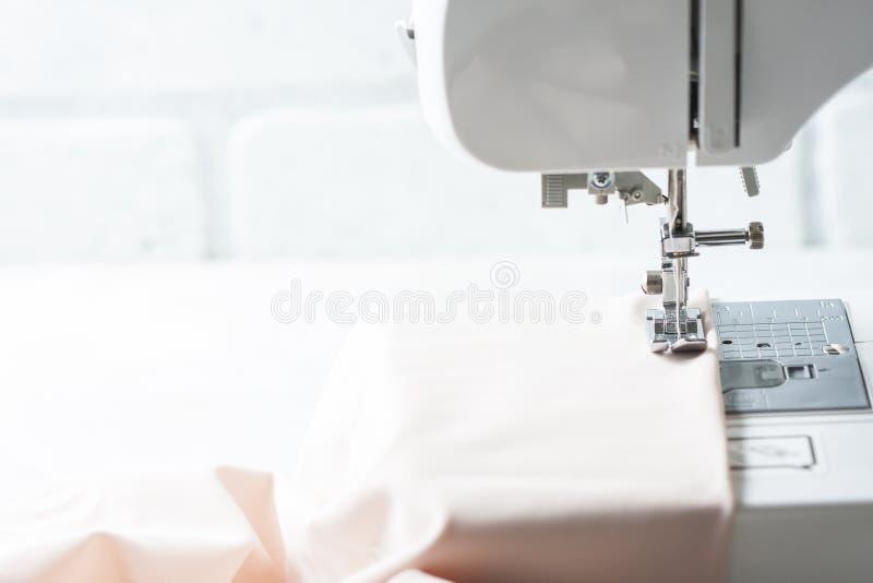 Close-up de naaimachine en het punt van kleding stock fotografie