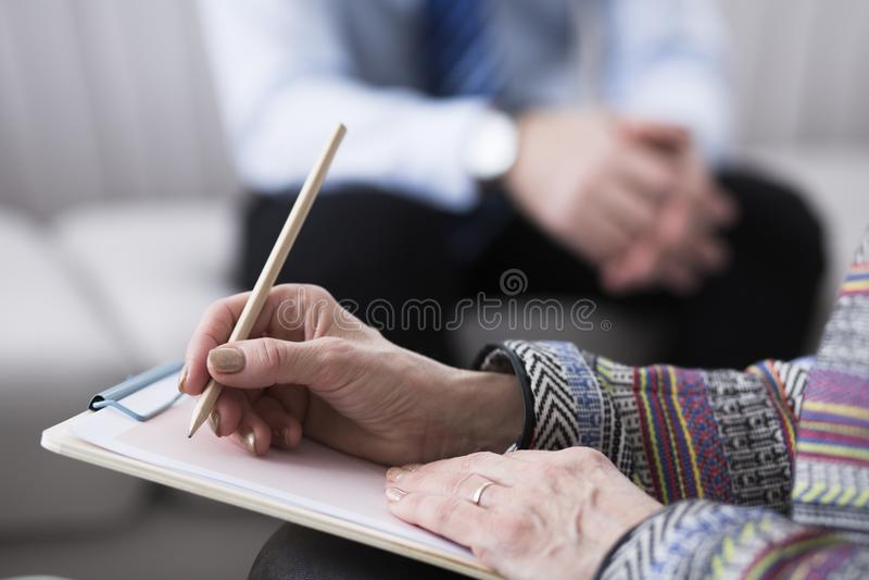 Close-up de notas da escrita do psychotherapist fotos de stock