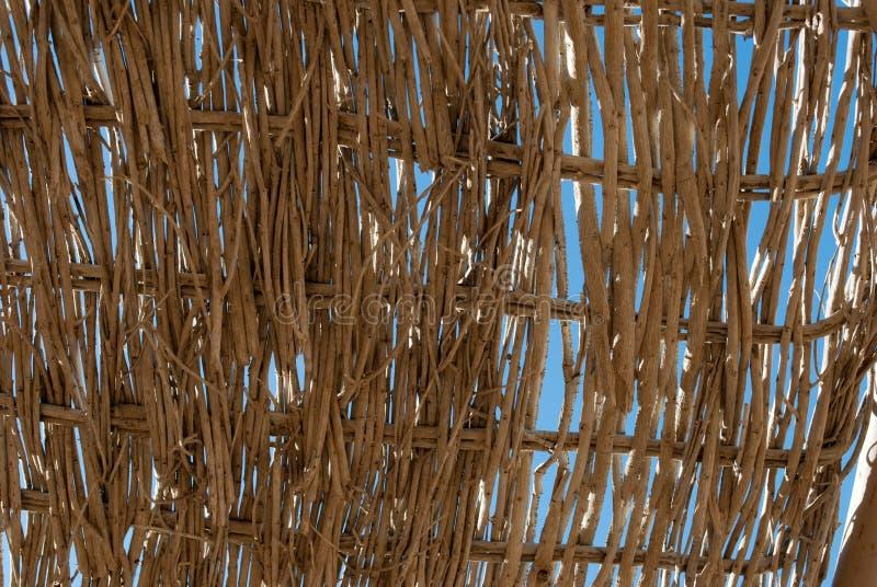 Close up de parede trançada no azul Feche acima do rattan no céu azul Close up do rattan de tecelagem Papel de parede da parede d foto de stock