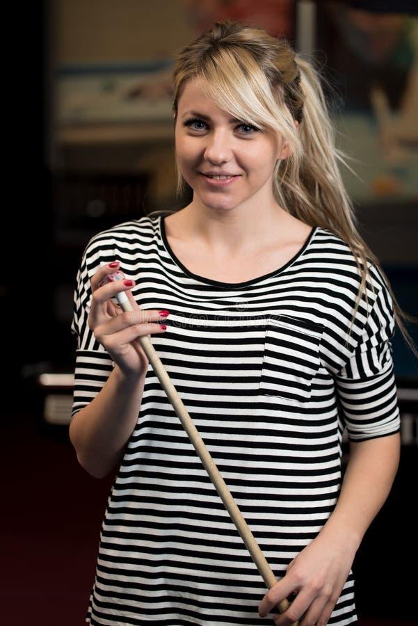 Close-up de Playing Billiards modelo fêmea novo foto de stock royalty free