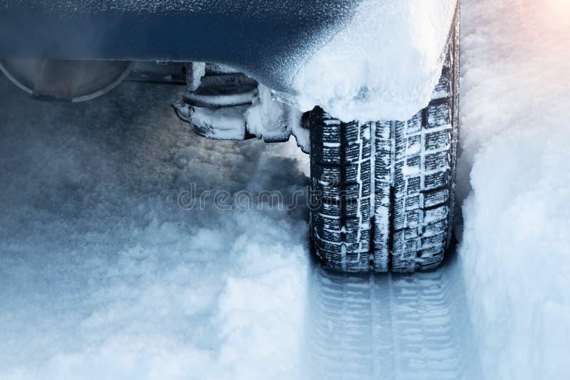 Close up de pneus de carro no inverno fotos de stock royalty free