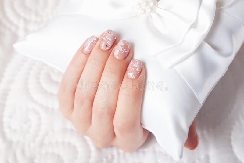 Close-up de pregos manicured bonitos imagem de stock