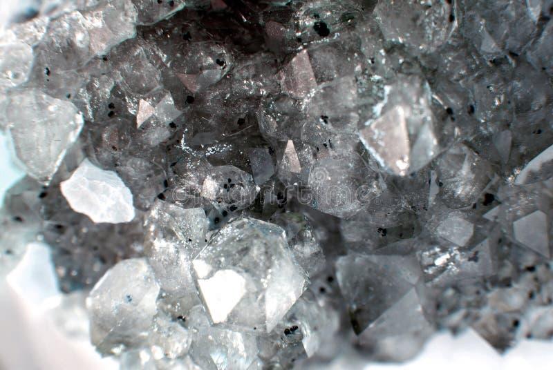 Close up de quartzo de pedra preciosa como uma parte do geode do conjunto enchida com os cristais de rocha ilustração do vetor