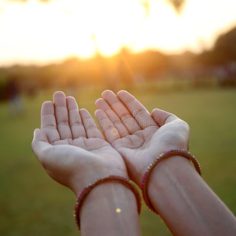 Close up de rezar as mãos imagem de stock royalty free