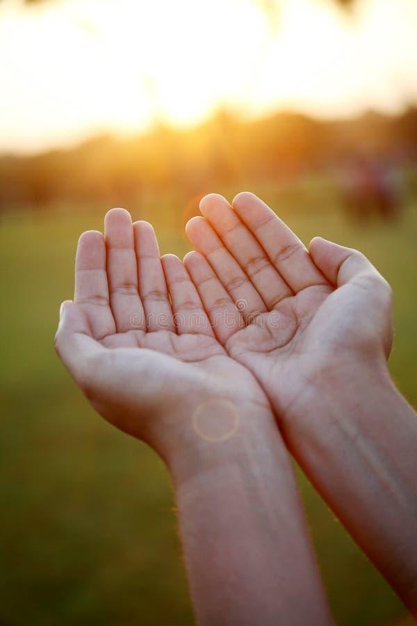 Close up de rezar as mãos imagens de stock