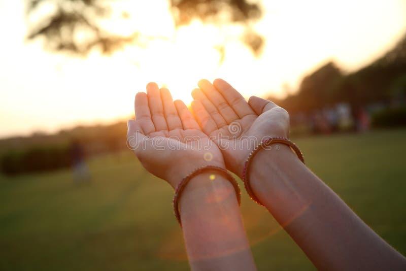 Close up de rezar as mãos fotografia de stock