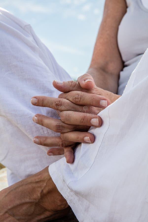 Close up de rezar as mãos de meditar da mulher da ioga foto de stock