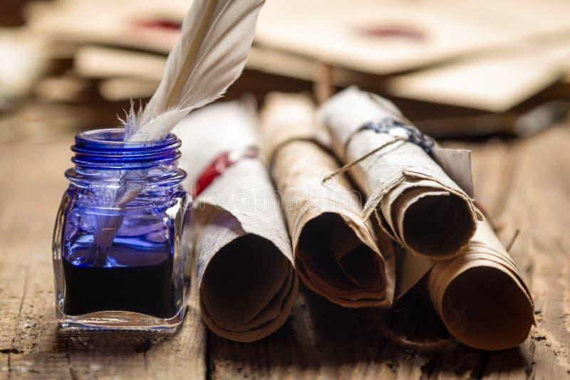 Close up de rolos velhos e da tinta azul no tinteiro imagens de stock royalty free