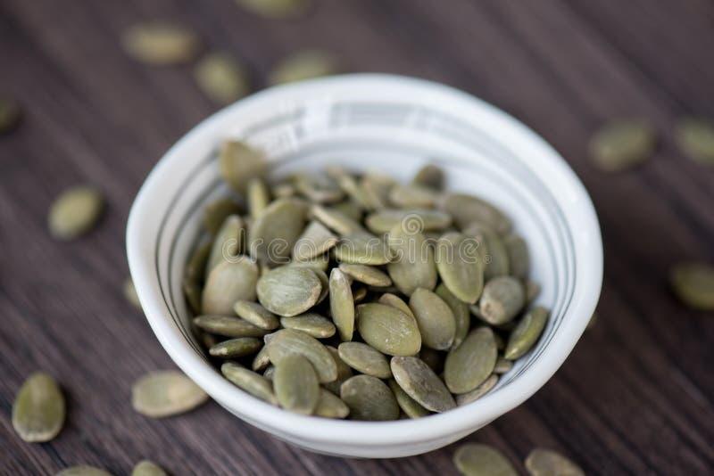 Close-up de sementes de abóbora no fundo escuro fotografia de stock
