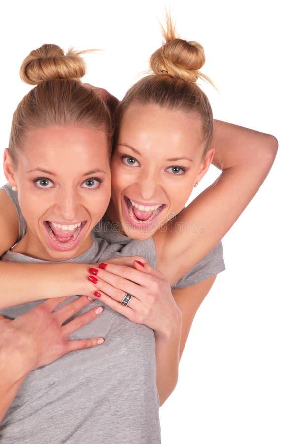 Close-up de sorriso das meninas gêmeas do esporte imagem de stock royalty free