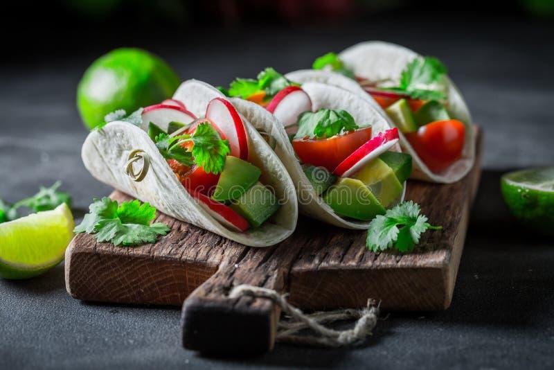 Close up de tacos saudáveis como um petisco para um partido foto de stock