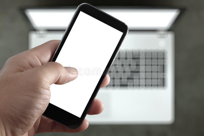 Close up de tela vazia tocante da mão do telefone de Smat fotos de stock royalty free