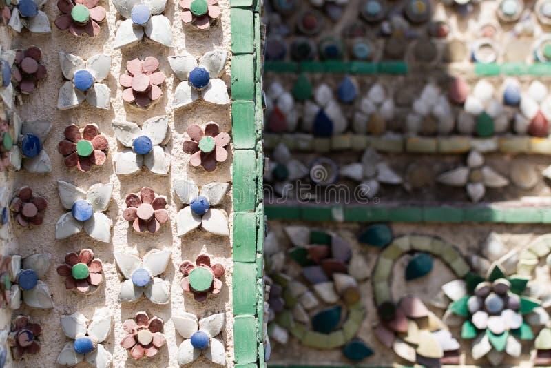 Close up de telhas coloridas nas paredes do templo de Emerald Buddha em Banguecoque, Tailândia fotos de stock