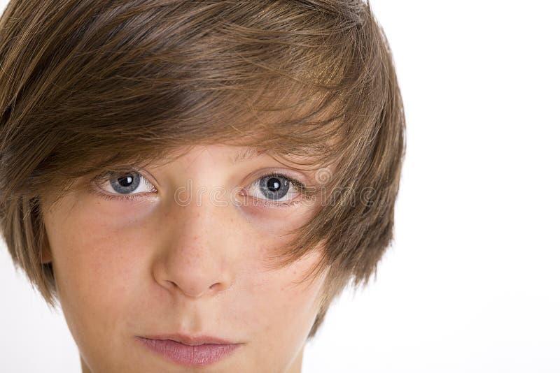 Close up de um adolescente bonito que sorri na câmera imagens de stock royalty free