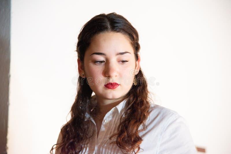 Close-up de um adolescente novo com camisa branca Conceito da forma e de projeto da forma fotos de stock