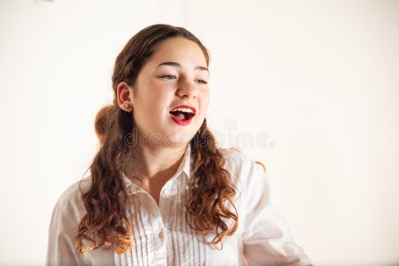 Close-up de um adolescente novo com camisa branca Conceito da forma e de projeto da forma imagem de stock