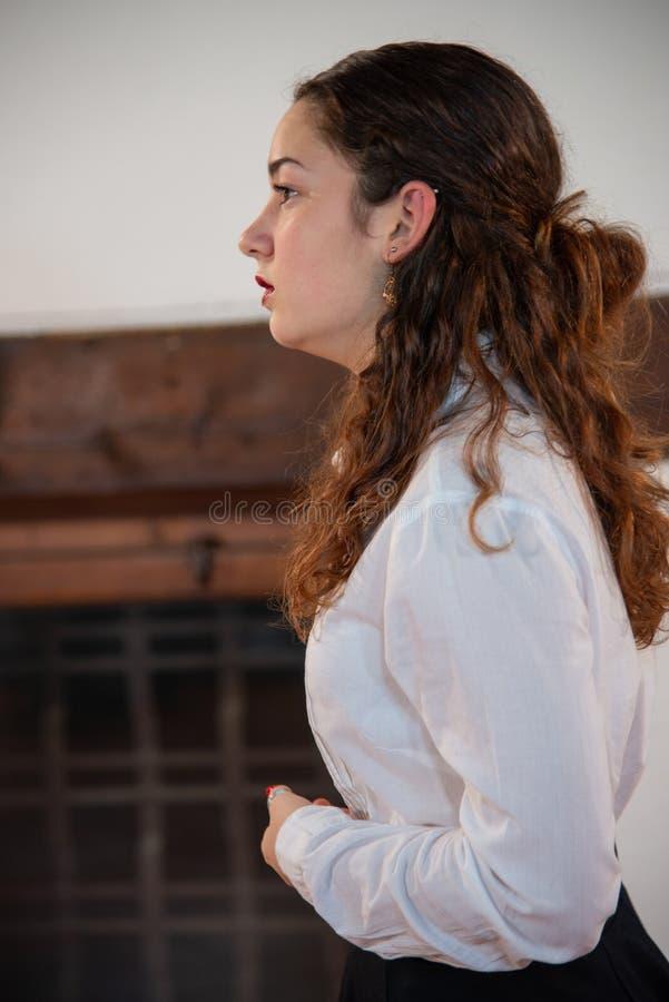 Close-up de um adolescente novo com camisa branca Conceito da forma e de projeto da forma fotografia de stock royalty free