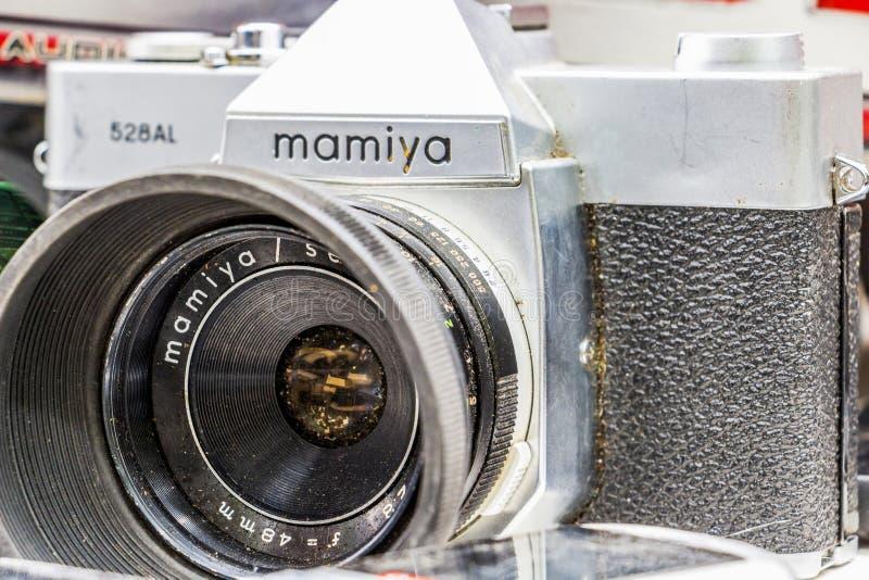 Close-up de um AL de Mamiya 528 da câmera da segunda mão exposto para a venda na feira da ladra de domingo em Dimitrovgrad, Bulgá foto de stock
