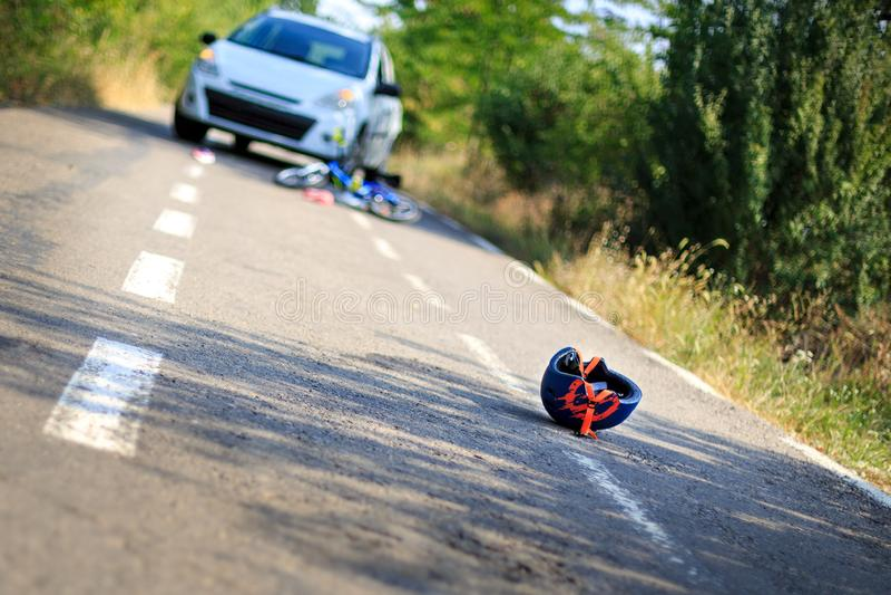 Close-up de um capacete bicycling caído no asfalto ao lado de um b fotos de stock royalty free