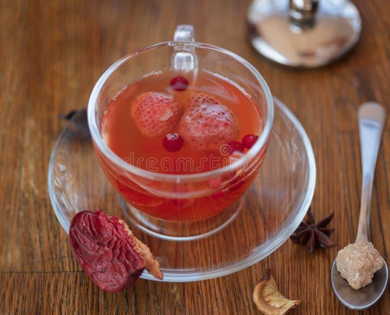 Close-up de um chá da morango Chá vermelho com especiarias em um fundo de madeira borrado Um chá vermelho tradicional para o café foto de stock