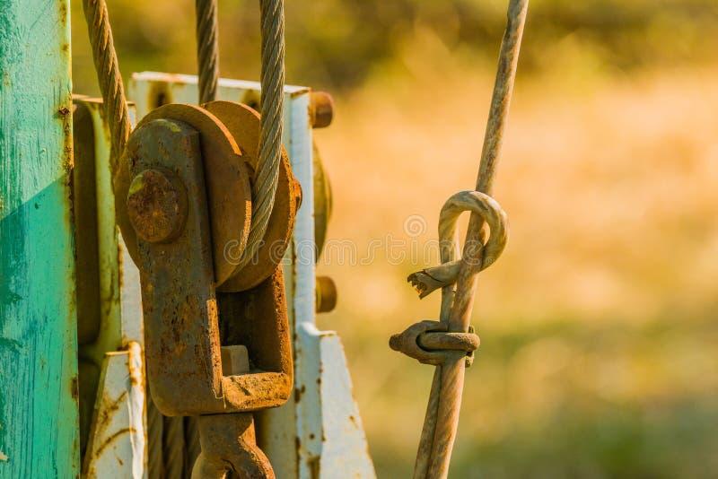 Close up de um conjunto de polia oxidado fotos de stock
