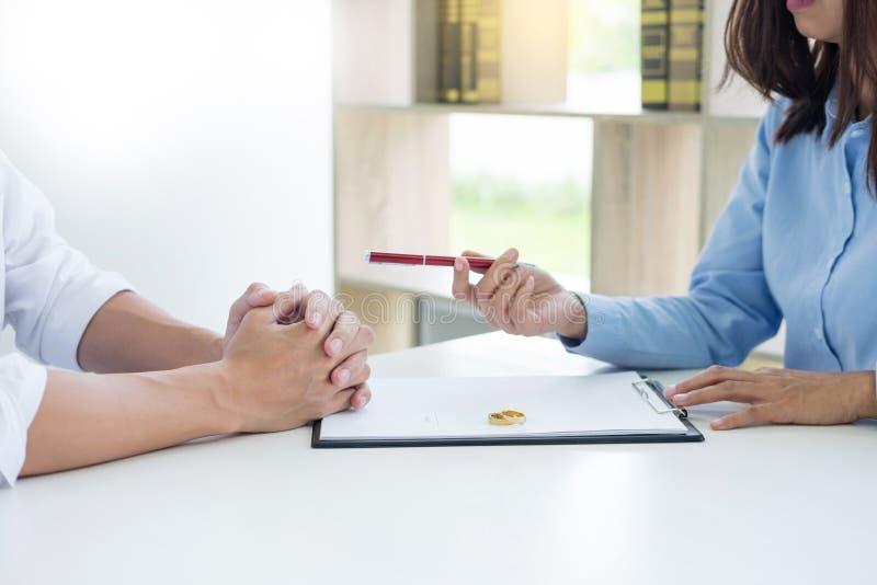 Close up de um contrato de assinatura do homem ou de um acordo pré-matrimonial, filli foto de stock