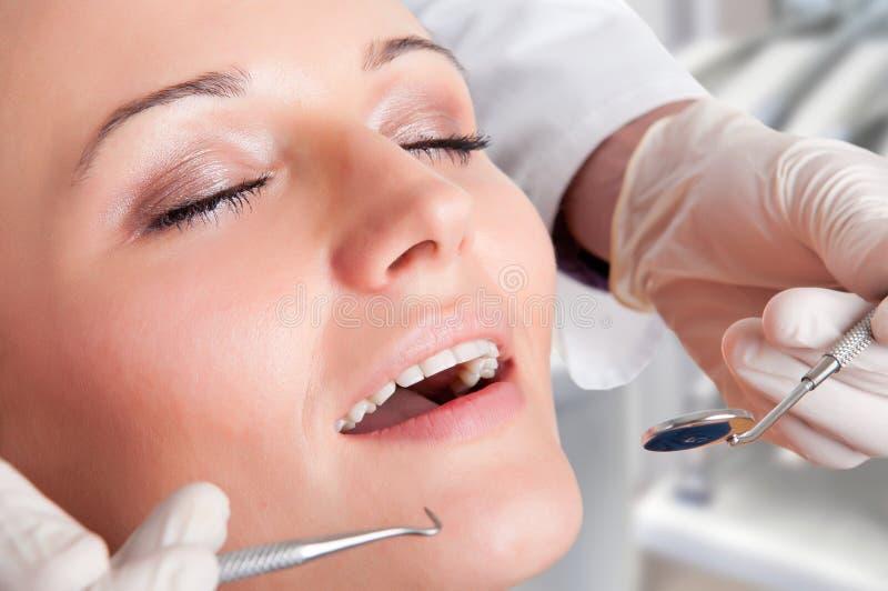 Close-up de um dentista no trabalho imagens de stock
