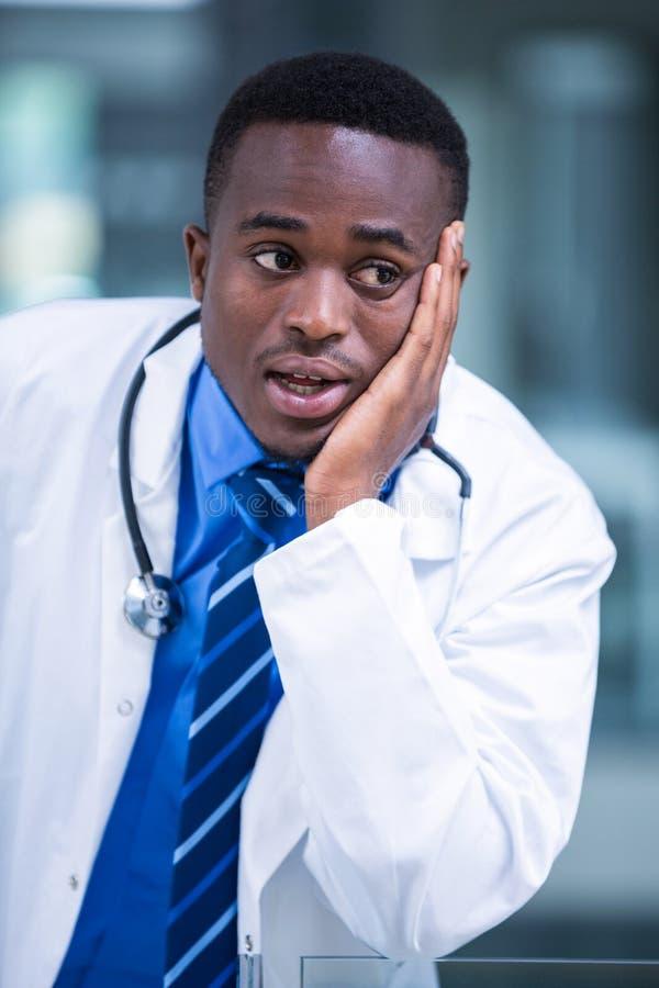 Close-up de um doutor preocupado imagem de stock royalty free