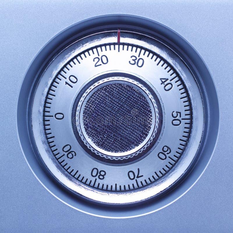 Close up de um fechamento seguro em um cofre-forte em tons azuis foto de stock