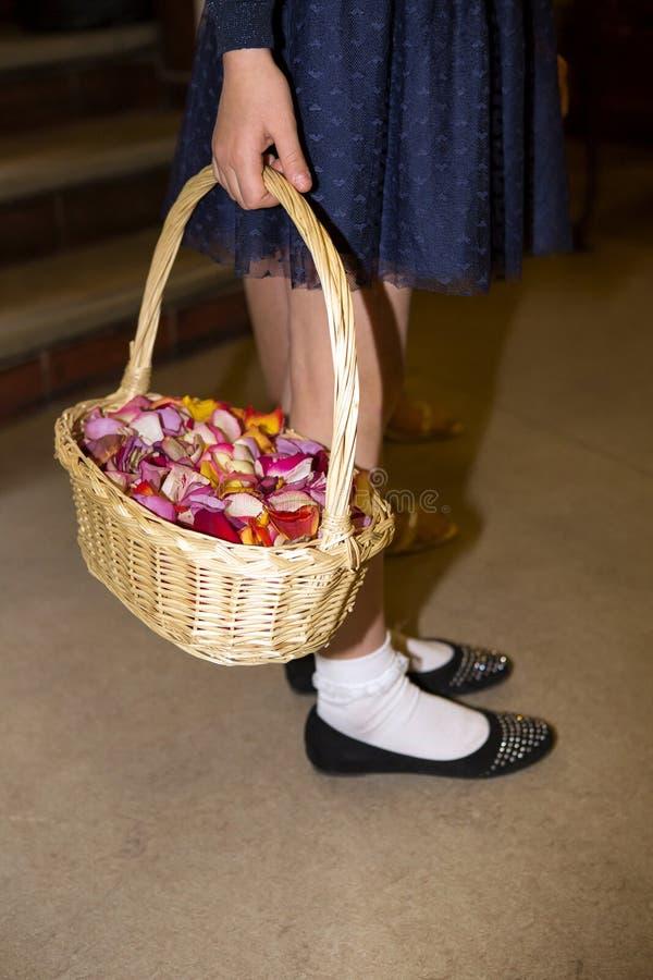 Close-up de um flowergirl que guarda uma cesta foto de stock royalty free