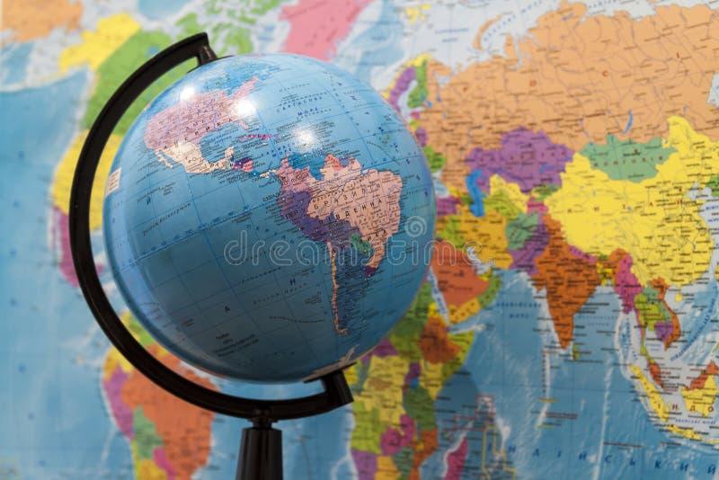 Close up de um globo com Ásia e África e um mapa do mundo com nem imagem de stock royalty free