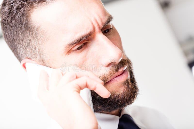 Close up de um homem de negócio que fala no telefone foto de stock