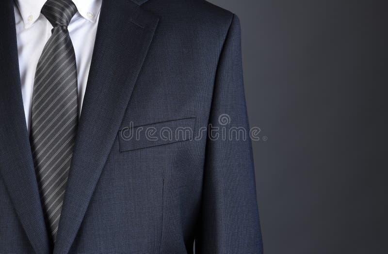 Close up de um homem de negócios Charcoal Gray Suit com camisa e o laço brancos foto de stock