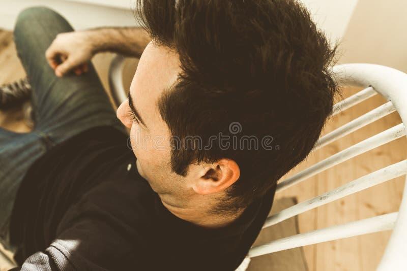 Close-up de um homem novo escuro no perfil masculinity fotografia de stock royalty free