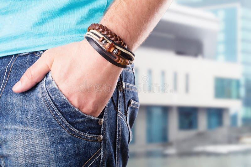 Homem com sua mão no bolso imagem de stock royalty free